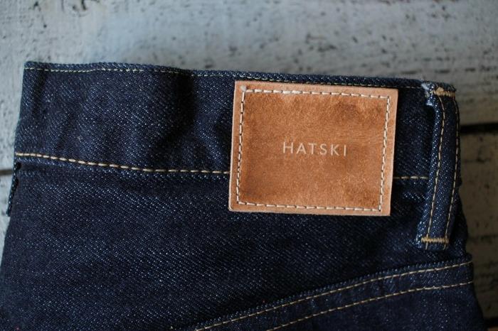 バックのブランドロゴはシンプルながら大き目のレザー。「HATSKI」の文字がさり気なく光ります。