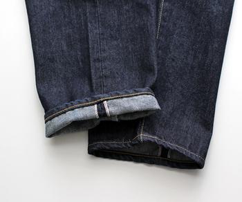 裾部分やサイドの縫製もしっかりと、かつ美しく仕上げられています。折り返してもキレイなステッチが見えます。