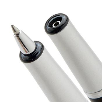 収納されるとこのように。ペンケースやカバンを汚してしまう心配がないので、ボールペンを持ち歩くことが多い方にもおすすめです。
