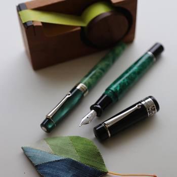 「万年筆」を使ったことはありますか?今は手で文字を書く機会も減っていますし、「持っていない」「使ったことがない」という方も多いのではないでしょうか。 また、「万年筆」と聞くと、手入れが大変そう、文字を上手く書けないのでは?と思っている方もいらっしゃるかもしれないですね。