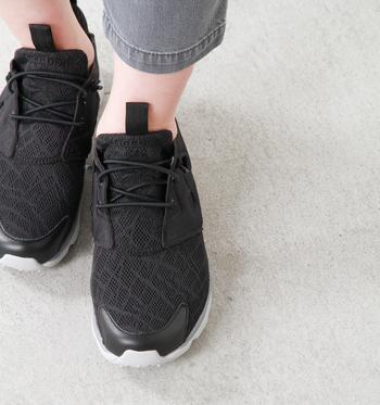 清涼感のあるメッシュ素材がランダムに模様を作り出します。靴紐はゴムで出来ているので、スリッポンのようにさっと履ける嬉しいデザイン。