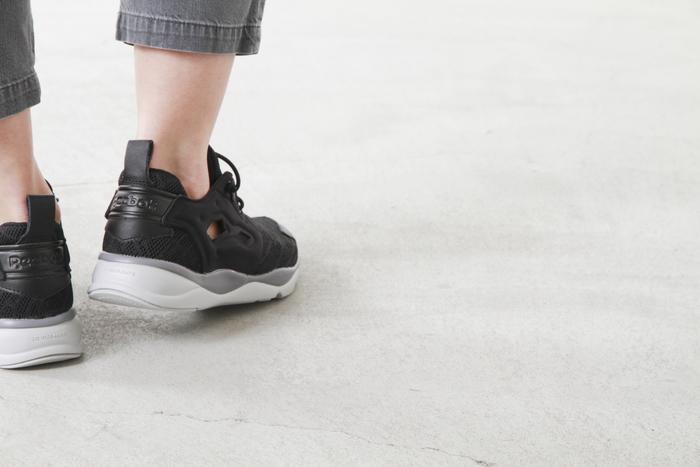 大胆にあしらわれたサイドの穴。通気性がいいだけではなく、靴下やタイツでお洒落を楽しむことも出来ちゃいます。どの角度からも見える白・グレー・ブラックのグラデーションも美しいですね。