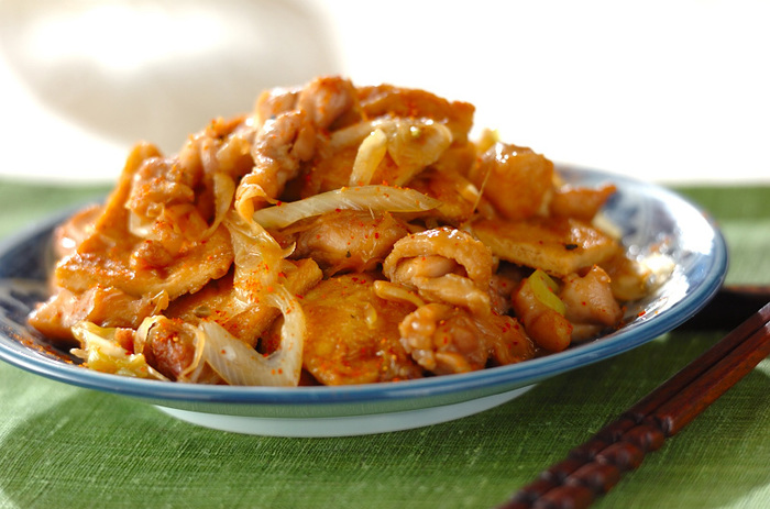 鶏と油揚げの炒め煮は、ボリュームたっぷりで熱々のごはんとよく合いますよ。調味料やうまみがしみ込みやすくなるように、油抜きの下処理をしっかりと行いましょう。