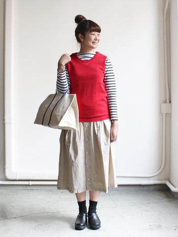 シンプルなコーデに鮮やかカラーのベストがかわいい!インナーをシャツにしても◎。