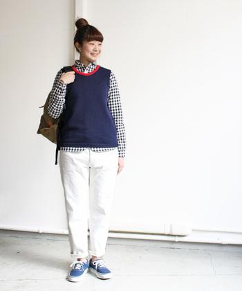 首もとの赤いラインがポイントのコットンニットベスト。ギンガムチェックのシャツとの組み合わせがスクールガール風でかわいい。