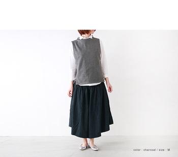 ボリューム感のあるスカートにシャツのコーデは、ベストで上半身をコンパクトに。大人な上品さが◎。