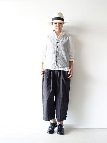 シワ感のある薄手のベストに柔らかい素材のシャツがベストマッチ。夏にオススメのコーデです。