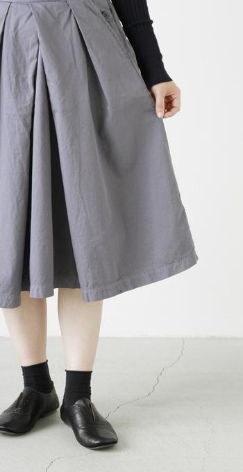 "「DMG Brocante」の""フランセーズタック入りスカート""は、立体的に折り重なったフロントのタックがエレガントな雰囲気。"