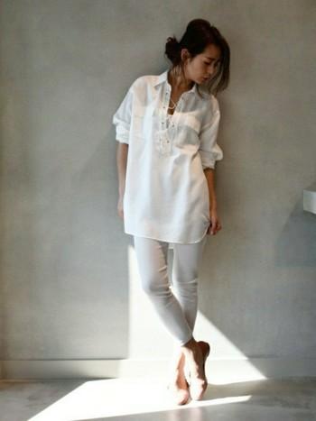 大人のオールホワイトコーデの見本のようなコーディネート。程よく開いた胸元、たくし上げた袖が素敵なニュアンスを作っているシャツ。足のラインが出るスキニーパンツは大人だからこそ着こなせるアイテムですよね。足元はローヒールでこなれ感を演出して◎