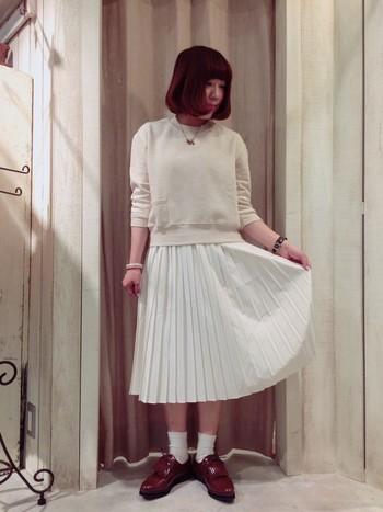 薄いベージュのニットにホワイトのプリーツスカート、白靴下とワントーングラデーションでコーディネートし、足元はブラウンでカッチリとしめたスタイルはすぐにでもマネできちゃいそうですよね。