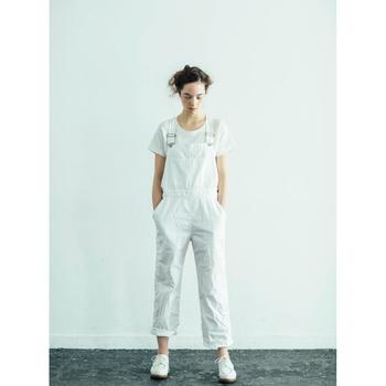 潔ぎいいくらいのオールホワイトコーデ。Tシャツ、サロペット、靴、全てをホワイトにしたシンプルスタイルなのになんだか個性的に見えるのは、Tシャツのフィット感、サロペットのちょいゆる感、足首の絶妙な見せ方のおかげ♪オールホワイトコーデに挑戦してみるならサイズ感に気を付けることをおすすめします♪