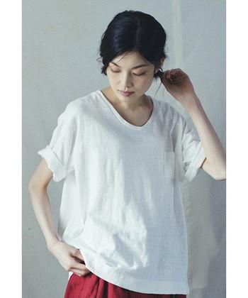 胸ポケットのついた、ゆったりシルエットのTシャツ。少しクセのあるムラ糸を使って織られた生地はテロンとしていて、大人のリラックススタイルにぴったり。