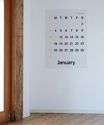 一枚一枚手作業で印刷されたポスターカレンダー。フォントには、1896年にドイツ・ベルリンのベルトルド活字鋳造所が制作した活字書体「アクチデンツ・グロテスク」が使用されています。シンプルなので、どんなお部屋にもしっくりと馴染んでくれそうですね。
