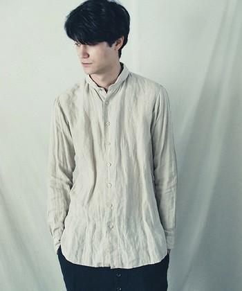 ZOZOtitoには、メンズアイテムもラインナップ。シワ感のある風合いのリネンシャツは、丸襟ながらも大人っぽい印象。一枚着るだけで、とてもナチュラルな雰囲気に仕上げてくれます。