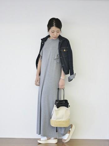 羽織りものはこんな風に肩掛けスタイルにすると、袖のフリルもチラ見せできるのでオシャレ度がグンとアップします!サンダルとバッグにも統一感があり、どこか涼しげで暖かくなってきたら是非やってみたいコーディネートですね。