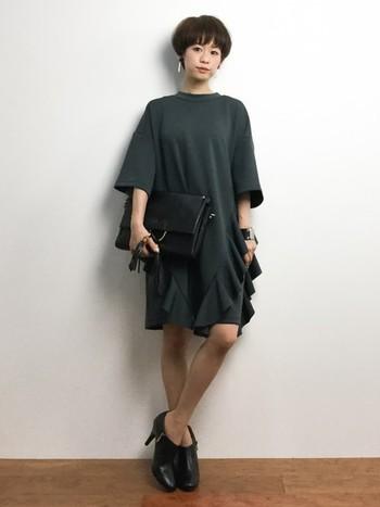 ワンピースも裾部分に向かってフリルのあるデザインはヒップのハリをカバーしつつ、個性的な雰囲気に♪他小物を黒でまとめて大人っぽく仕上げているところも素敵です。