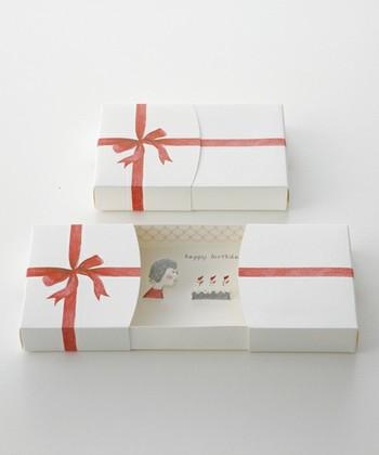 やわらかなイラストでお祝いのメッセージを伝えられる、ボックス型のメッセージカード。中にはメッセージを書くこともでき、いつもとちょっぴり違った形で想いを伝えたいときにおすすめです。
