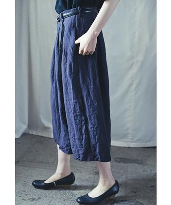 上質でムラのある麻素材を使ったワイドパンツ。裾の分量を増やすことで袴のようなシルエットになっており、動きによってさまざまな表情が楽しめます。