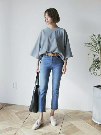 ゆったりTシャツ×タイトジーンズの組み合わせ。大きめのトップスに細身のスキニーはもはや鉄板ですね。Tシャツの前部分だけをinするとお洒落度もあがります◎