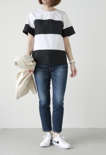 画像のスタイルは、どちらもちょうど良いサイズ感のTシャツ&ジーンズの組み合わせ。この感じを基準に、いろいろなシルエットをみていきましょう!