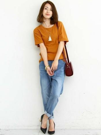 Tシャツ×ジーンズのカジュアルな組み合わせに、ヒールをプラスするだけで、大人っぽいスタイルに仕上がります。足元で引き締めてバランス良いコーディネートに♪