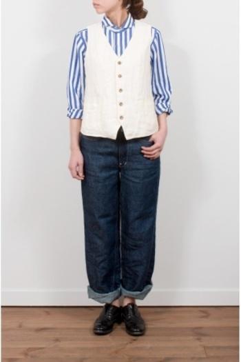はっきりとしたストライプのシャツは、白のベストでトータル感をアップ。デニムのワーク感をベストがきちんと、に。