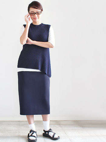 個性的で柔らかい素材感が大人なモード感のあるコーデ。タイトめのスカートもベストに合います。