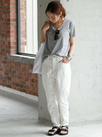 清楚で爽やかなホワイトジーンズは、パッと明るい印象を作り出します。淡いグレーTシャツとの相性も抜群!ブラック同様に、クローゼットに一本あると頼もしいアイテムです。
