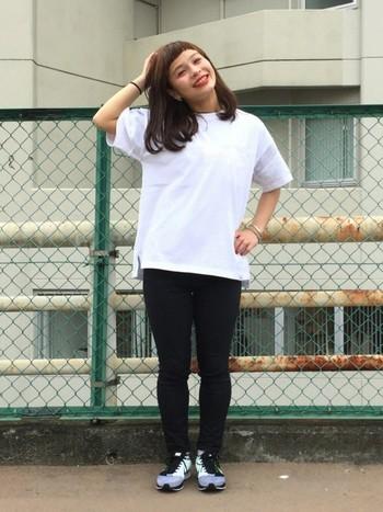 一本は持っておきたいブラックジーンズ。どんなTシャツとも合うのでとても重宝します◎レギンス感覚でも履けるので、細身タイプが便利ですよ♪