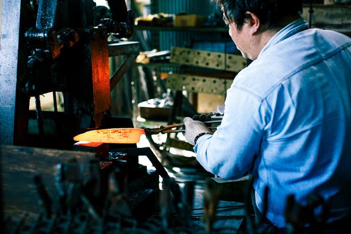 江戸時代から続いてきた三条の伝統技術。古きに学び、良いものを残しながら、新しいことに挑戦していく。そんなものづくりをタダフサは思い描き、実行していきます