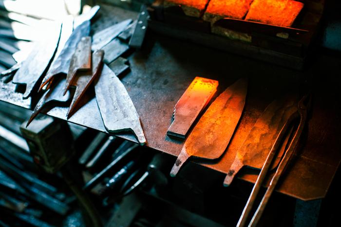 こちらは火の中で熱されたあとにハンマーで打って伸ばされ、形作られた鋼。「手間をかければ鋼は応えてくれる」という曽根さんの言葉が思い出されます
