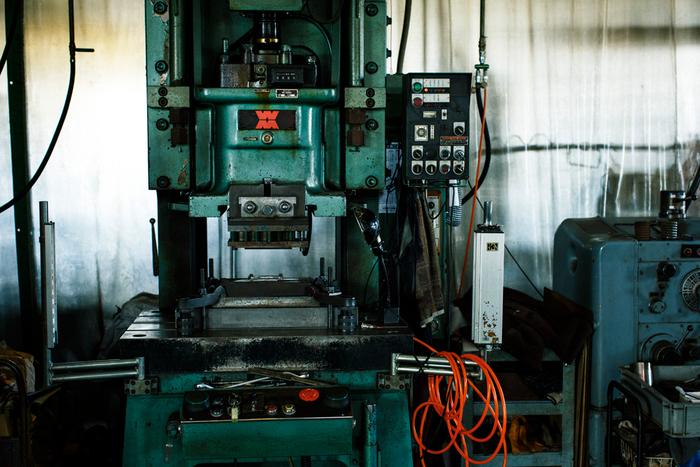 昔から使われている工房内のプレス機。「基本の3本」は、このプレス機で型抜きをして作られています