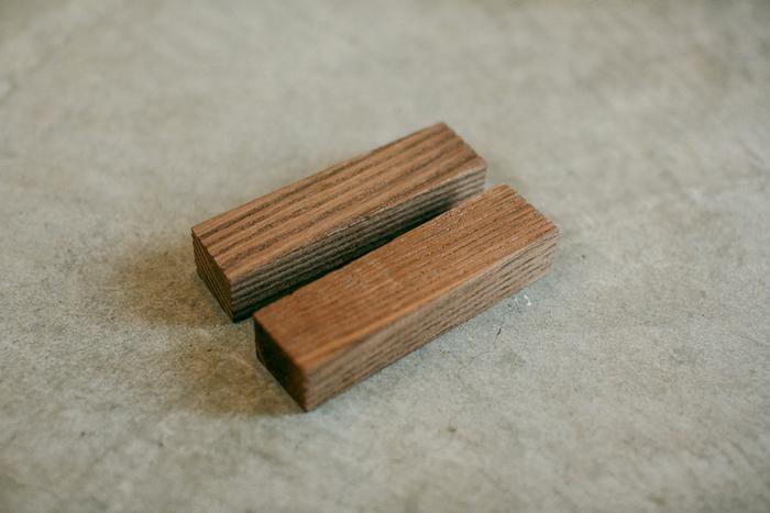 こちらが特許取得の「抗菌炭化木」。柄として削られ、磨かれる前の状態です。最終的に柔らかく美しい表情に磨かれるのですが、職人さんの作業を待つこちらの木片も良い佇まい。抗菌炭化木は柄の部分以外にも、「庖丁工房タダフサ」オリジナルのまな板にも使われています