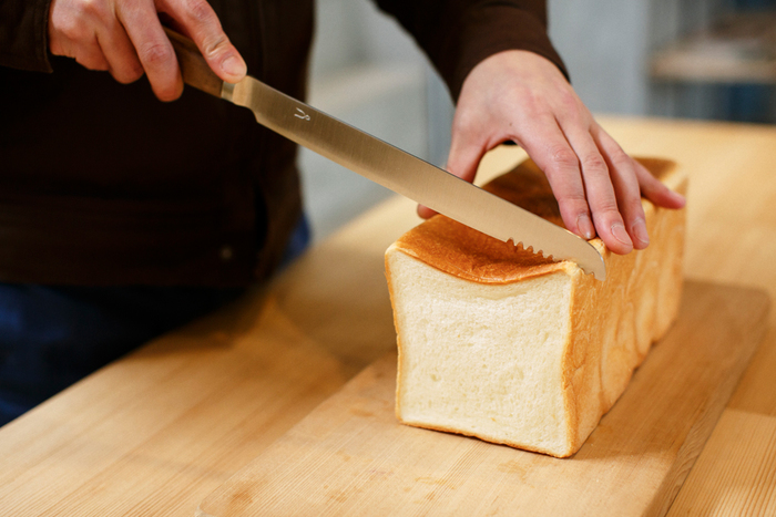 三条のファクトリーショップでは、事前にお願いすればパンの試し切りも可能です