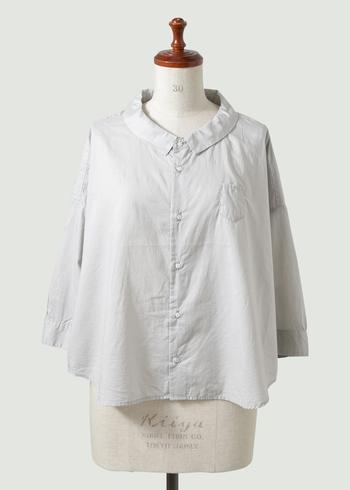 """「Ordinary fits」のコットンワイドシャツ""""BAR BAR SHIRT""""は、襟や小さめの胸ポケットなど、可愛らしいデザインながらも、ストンとしたきれいめのシルエット。大人の女性の可愛さを演出してくれます。"""