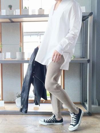 白シャツ以外は、カジュアルなアイテムなのに、こんなにも清潔感漂う着こなしなのは、シルエットの美しいシャツがポイント。1枚でさらりと着こなしたい白シャツは、この時季に重宝するアイテムです。