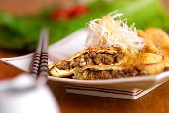 こちらは油揚げを袋状に開き中に納豆肉みそを詰め込んでカリッと焼いた袋焼きのレシピです。ふんわりブランデーの風味のしょうゆベースのかけダレが絶妙です。