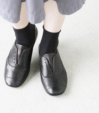 丸みがありながらも大人っぽいシルエット。ヴィンテージ感のあるレザーの風合いが、さりげなく足元を引き締めてくれます。