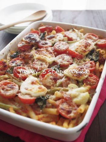 フォルノとは、オーブンという意味のイタリア語♪レンジでチンしてつくったソースにマカロニパスタを入れて混ぜ合わせ、具を載せたらチーズをかけてオーブンへ。残ったパスタを使えばお鍋を使わない簡単レシピです!