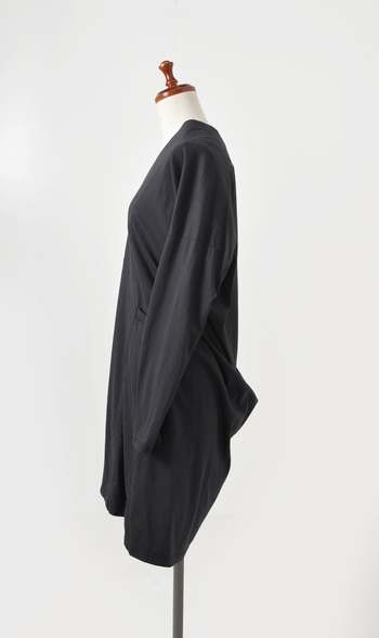 ドレープがあることで、横からのシルエットもとても美しく。パンツはもちろん、ワンピースの上に羽織っても素敵なカーディガンです。