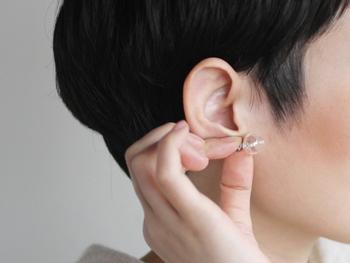 まあるく小さなガラスのフォルムが美しい、ほかでは見かけないめずらしいデザインのピアス「air earring」。