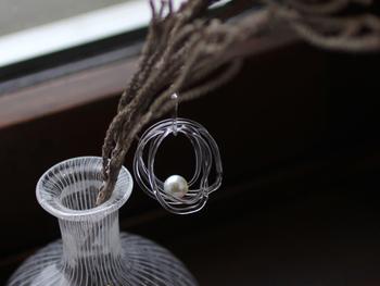 大きい輪、ちょっとだけ小さい輪。 カタチの異なるいくつものガラスの輪が連なり、華やかな立体感を生みだすピアス「pearl rain earring」。