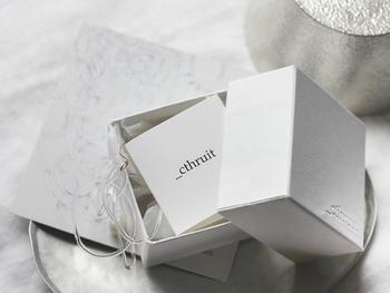これまで紹介したシースルーイットのアクセサリーは、すべてオリジナルのボックスに入れてお届け。大切な方への贈り物にもきっと喜ばれますよ♪
