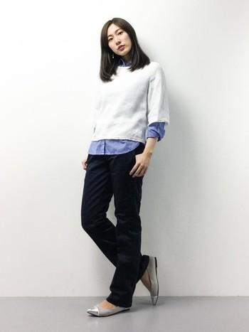 シャツとカットソーの重ね着は、オフィスカジュアルにはおすすめの着こなし。清潔感のある色遣いで。