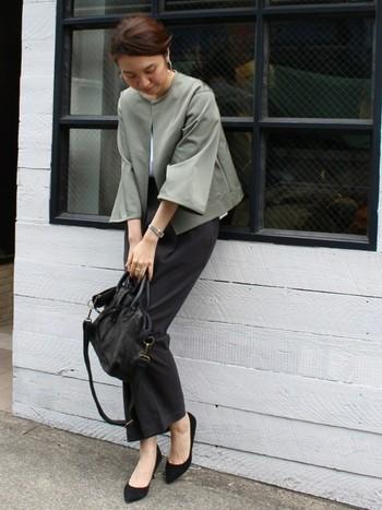 ノーカラーのジャケットも女性らしい雰囲気。優しさの中にカッコよさがあって素敵です。