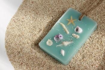 雑貨クリエイターLANIさんの作品です。 綺麗な青と貝殻がとっても夏らしいですね。