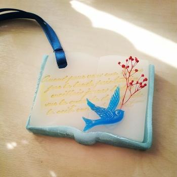 アロマワックス作家 NICOさんの作品です。 洋書に飛ぶ青い鳥…物語性があるデザインですね。