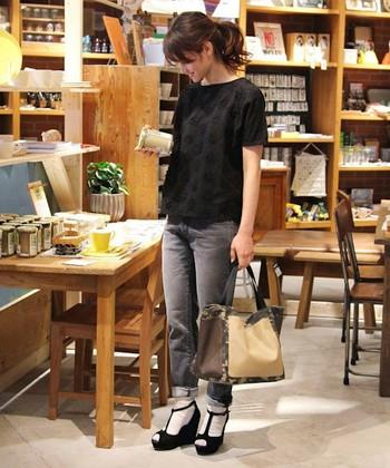 人気カラー・グレーのジーンズも使い勝手が良くておすすめです。濃いめだと全体的に落ち着いた感じになり、淡いと可愛らしい雰囲気になりますよ◎合わせるTシャツによっても幅広いスタイリングが可能なので万能アイテムです♪
