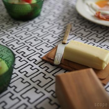 プロダクトデザインや生活用品のプロデュース業など幅広く活躍する猿山修(さるやまおさむ)さんがデザインを手がけた「東屋」のバターケース&バターナイフ。トーストにはもっぱらバター!そんな方におすすめしたい逸品です。