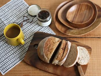 お皿に盛り付けるのも良いけれど、忙しい朝時間の強い味方は「木製のカッティングボード」。切ってそのまま食卓に出してもおしゃれ!天然のアカシア木材を削りだして作られる「fog(フォグ)」のカッティングボードは、適度な厚みと深みのある色がぬくもりを感じさせます。